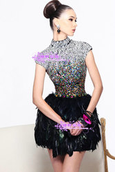 Вечернее платье в камнях и блестках. С добавлением страусиных перьев.